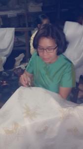 Njajal mbatik di Batik Gunawan