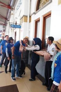 Jadi tamu VIP KAI dapat kalungan selendang batik Cirebon