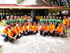 Bersama serombongan alumni sebuah sekolah di TulungAgung yg lagi reuni di Yogya