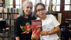Ibu Suharti, yang masih ayu dan trengginas, memberikan tip dan trik menari agar tidak kejengkang