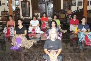 Berlatih bersama 2 maestro Joged Mataram