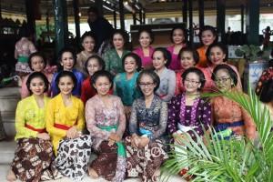 Bersama ibu Harto, ibu Putri dan para penari senior di Kraton