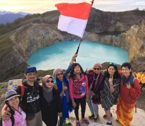 Mengibarkan merah putih dan menyanyikan Indonesian Raya