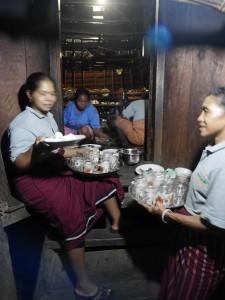 Ibu-ibu Wae Rebo yang menyiapkan memasak dan menyiapkan makanan untuk tamu